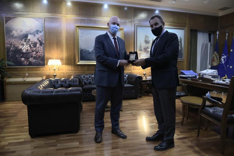 O Νίκος Παναγιωτόπουλος υποδέχθηκε στο γραφείο του τον βοηθό υπουργό Εξωτερικών των ΗΠΑ, Κλαρκ Κούπερ