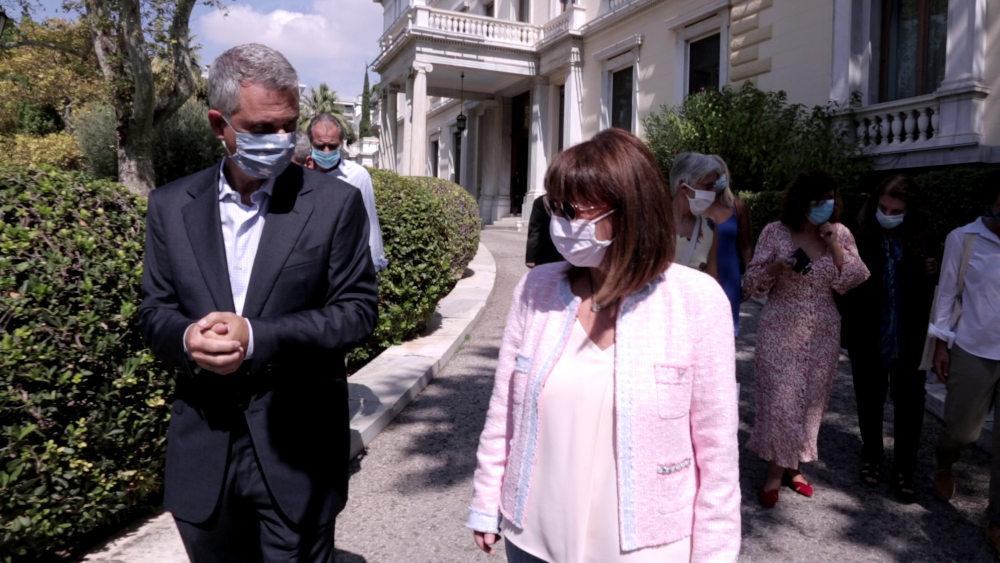 Η Κατερίνα Σακελλαροπούλου έξω από το προεδρικό μέγαρο