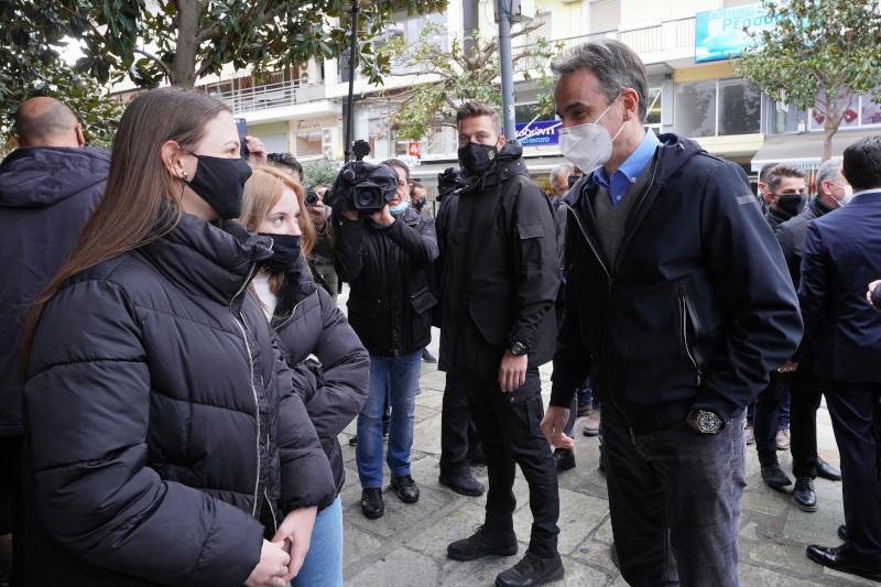 Ο Κυριάκος Μητσοτάκης συνομιλεί με νεαρές της πόλης των Τρικάλων