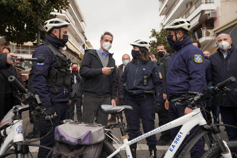 φωτογραφήθηκε με άνδρες και γυναίκες της Ελληνικής Αστυνομίας που χρησιμοποιούν ποδήλατα στον πεζόδρομο της πόλης.